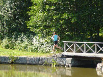 Kvinna springer vid vattnet
