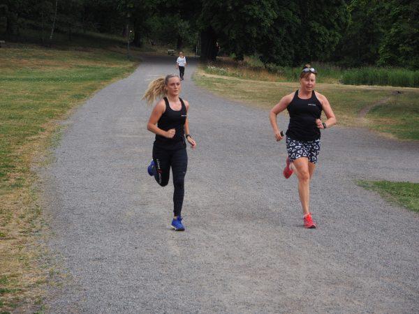 Sirpa med adept tränar löpning